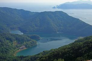 8月 見江島展望台からハートの入り江(かさらぎ池)を見るの写真素材 [FYI04093373]