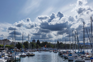 スイス、ジュネーブ旧市街とレマン湖の写真素材 [FYI04093747]
