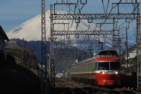 富士山と小田急ロマンスカーLSE7000形の写真素材 [FYI04093974]
