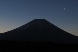 夜明けの富士山の写真素材 [FYI04093975]
