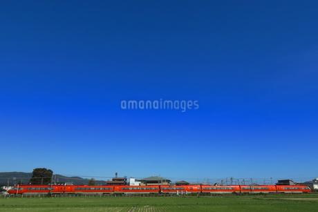 青い空と小田急ロマンスカーGSEの写真素材 [FYI04093977]