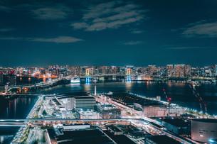 俯瞰で望む豊洲市場の夜景の写真素材 [FYI04094012]