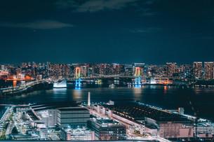 俯瞰で望む豊洲市場の夜景の写真素材 [FYI04094013]