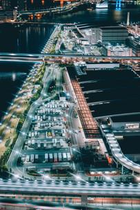 俯瞰で望む豊洲市場の夜景の写真素材 [FYI04094014]