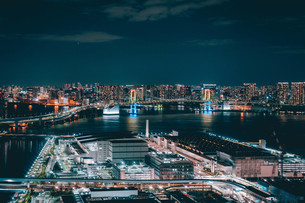 俯瞰で望む豊洲市場の夜景の写真素材 [FYI04094015]