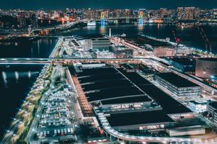 俯瞰で望む豊洲市場の夜景の写真素材 [FYI04094016]