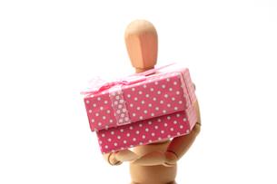 大きなプレゼント持つスケッチ用人形の写真素材 [FYI04094182]