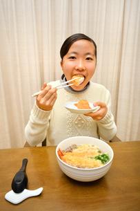 年越し蕎麦を食べる女の子(大晦日)の写真素材 [FYI04094254]