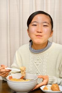 年越し蕎麦を食べる女の子(大晦日)の写真素材 [FYI04094260]