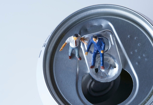 缶の上のスーツ姿のミニチュア人形の写真素材 [FYI04094332]