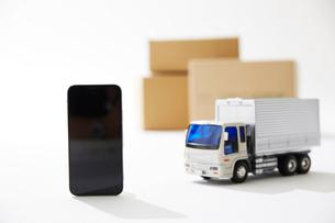 運送のトラックとスマートフォンの写真素材 [FYI04094407]