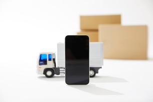 運送のトラックとスマートフォンの写真素材 [FYI04094408]