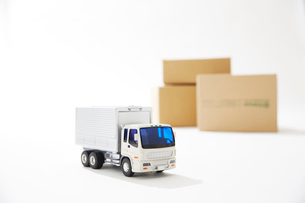 運送のトラックと段ボールの写真素材 [FYI04094411]