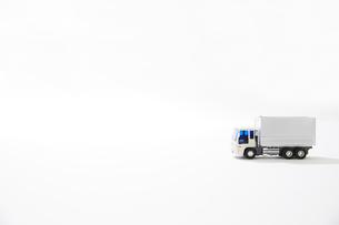 白バックと運送のトラックのおもちゃの写真素材 [FYI04094413]