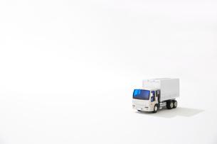 白バックと運送のトラックのおもちゃの写真素材 [FYI04094415]
