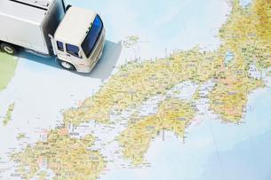 日本地図と運送のトラックのおもちゃの写真素材 [FYI04094417]