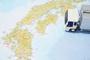 日本地図と運送のトラックのおもちゃの写真素材 [FYI04094418]