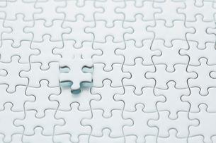 真っ白なパズルの浮いている1ピースの写真素材 [FYI04094422]