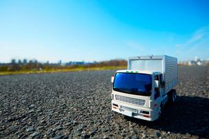 広い青空と道に置かれたおもちゃのトラックの写真素材 [FYI04094428]