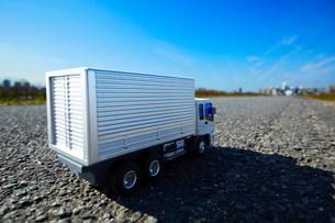広い青空と道に置かれたおもちゃのトラックの写真素材 [FYI04094429]