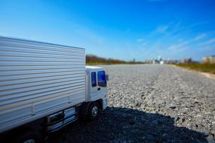 広い青空と道に置かれたおもちゃのトラックの写真素材 [FYI04094430]
