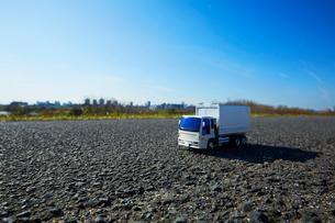 広い青空と道に置かれたおもちゃのトラックの写真素材 [FYI04094432]