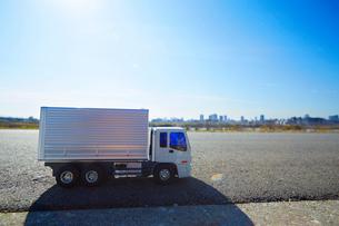 広い青空と道に置かれたおもちゃのトラックの写真素材 [FYI04094433]