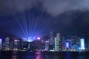 香港名物のレーザーショウ「シンフォニー・オブ・ライツ」毎晩現地時間20時からのショウだ。の写真素材 [FYI04094755]