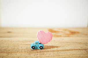A light blue car that delivers a heart.の写真素材 [FYI04094765]