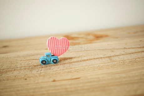 A light blue car that delivers a heart.の写真素材 [FYI04094767]