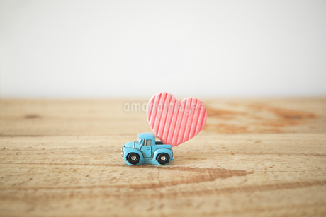 A light blue car that delivers a heart.の写真素材 [FYI04094769]