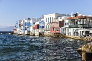 海沿いに見るミコノス島リトル・ヴェニス風景の写真素材 [FYI04094930]