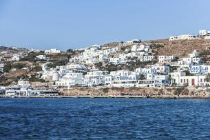 階段状に建つ白い家並みを見るミコノス島風景の写真素材 [FYI04094932]