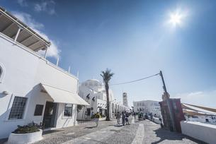 白亜の大聖堂を見るフィラのメイン通りの写真素材 [FYI04094937]