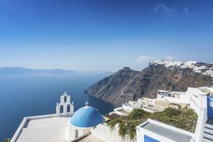 サントリーニ島ブルードームの教会越しに見る断崖とエーゲ海の写真素材 [FYI04094941]