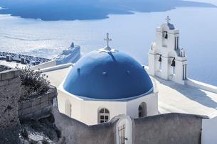 サントリーニ島ブルードームの教会越しにエーゲ海を見下ろすの写真素材 [FYI04094943]