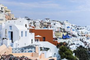 ブルードームを見るサントリーニ島イアの街並みの写真素材 [FYI04094948]