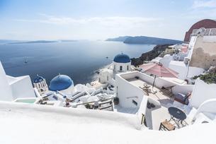 エーゲ海の島々とブルードームを見る風景の写真素材 [FYI04094951]