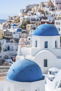 サントリーニ島青いドーム屋根を見る街並みの写真素材 [FYI04094955]