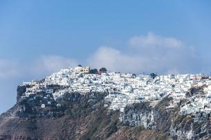 サントリーニ島崖の傾斜地に見る白い街並みの写真素材 [FYI04094956]
