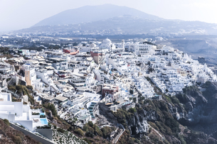 霞む山並みを背景に見るフィラの街並みの写真素材 [FYI04094958]