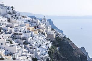 エーゲ海を見下ろす崖の斜面に見る白い街並みの写真素材 [FYI04094961]