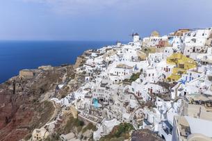 エーゲ海を望む崖の斜面に見るイアの白い街並みの写真素材 [FYI04094962]