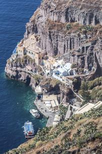 サントリーニ島接岸するボートを見る断崖絶壁の海岸風景の写真素材 [FYI04094966]