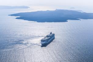 島々とフェリーを見るエーゲ海風景の写真素材 [FYI04094972]