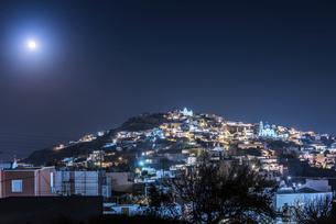 サントリーニ島月とピルゴス村夜景の写真素材 [FYI04094976]
