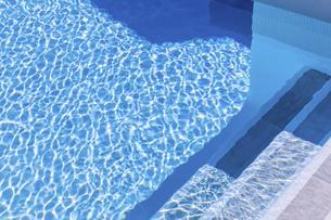 水面に見る光の波紋の写真素材 [FYI04094978]