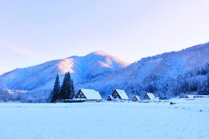 世界文化遺産 冬の白川郷に朝焼け空の写真素材 [FYI04095041]