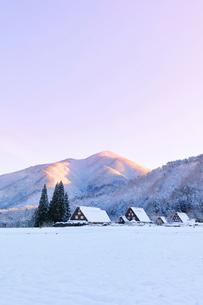 世界文化遺産 冬の白川郷に朝焼け空の写真素材 [FYI04095042]