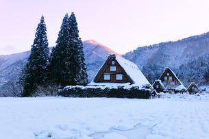 世界文化遺産 冬の白川郷に朝焼け空の写真素材 [FYI04095045]